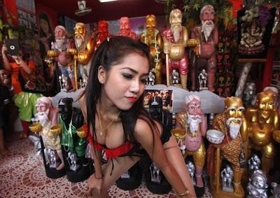 Penari Telanjang di Ritual Persembahan Dewa