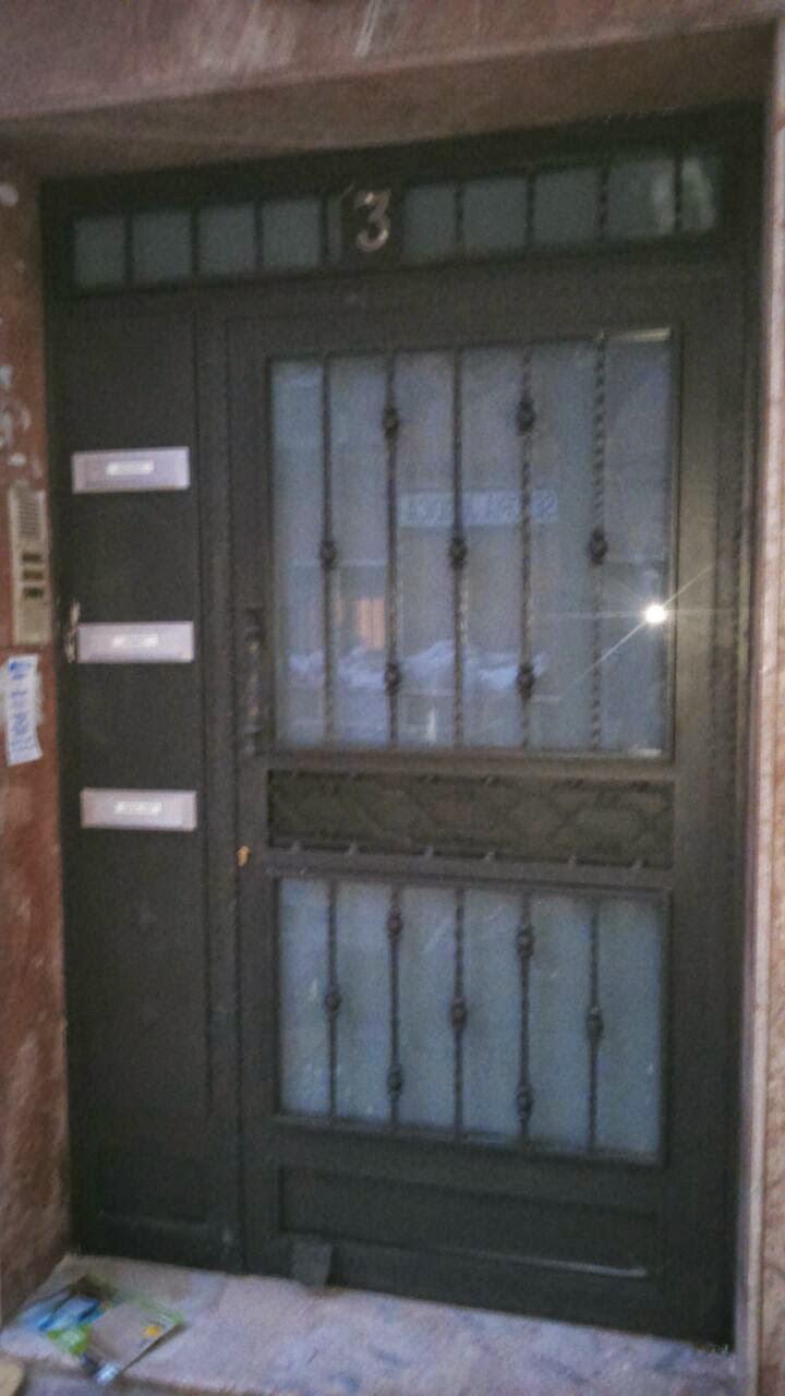 Pintar puerta de hierro recibidor con puertas pintadas en for Como pintar una puerta de madera ya pintada