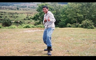 """O jovem de 15 anos, Krtin Nithiyanandam pode ter feito história. Nascido na Inglaterra, ele desenvolveu um anticorpo """"cavalo de Troia""""que entra no cérebro humano e se liga a proteínas neurotóxicas presentes nos primeiros estágios do mal de Alzheimer. Com isso, acabou criando um potencial teste que diagnostica a doença 10 anos antes dela se manifestar."""