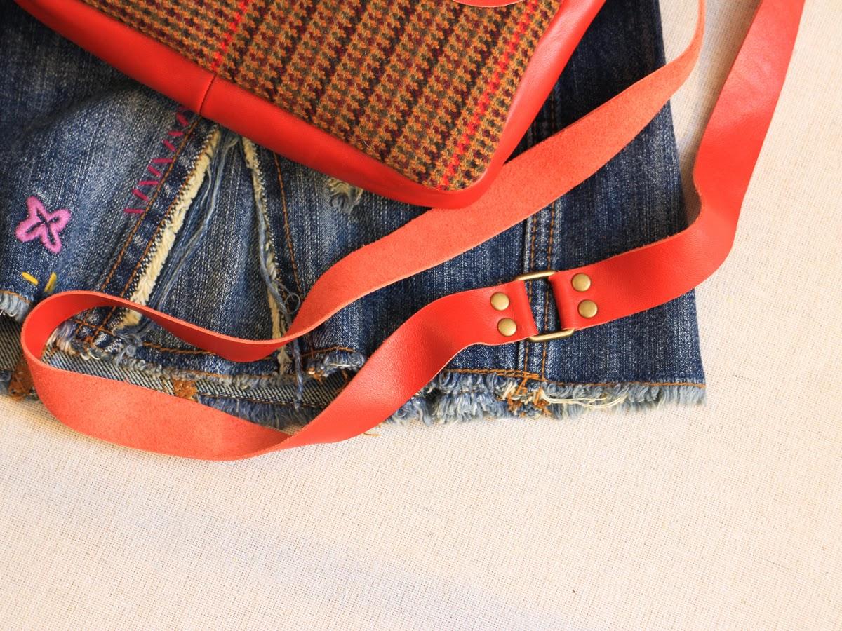 Небольшая женская сумка на длинном ремешке