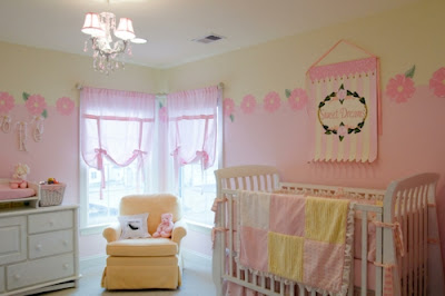 habitación de bebé rosa y amarillo