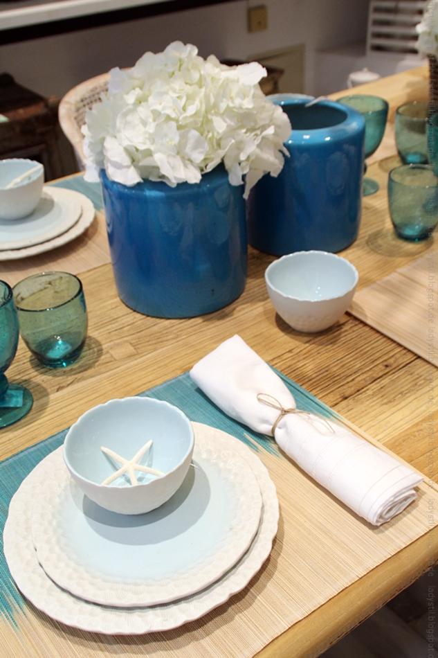 gedeckter Tisch mit Seesternen in weiß türkis im Bondian Living