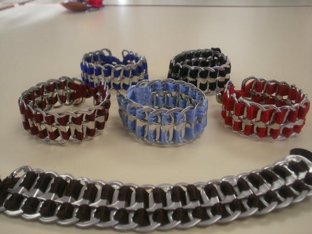 http://abaloriosyotrasjoyas.blogspot.com.es/2011/04/como-hacer-una-pulsera-con-anillas-de.html