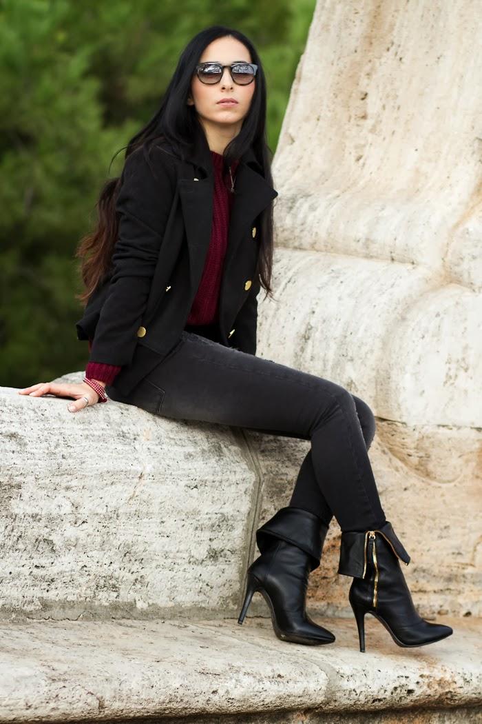 Bloguera de moda valenciana con jeans rotos y abrigo corto con botones dorados