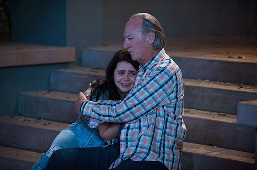Mae Whitman y Craig T. Nelson en Happy Birthday, Zeek.