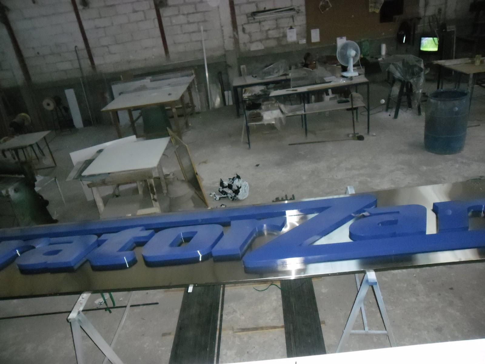 Visual Ltda.: Letreiro de aço com chapa galvanizada Tratorzan #2C4577 1600x1200