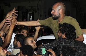 Saif al Islam saluda a sus seguidores en Trípoli (Reuters).
