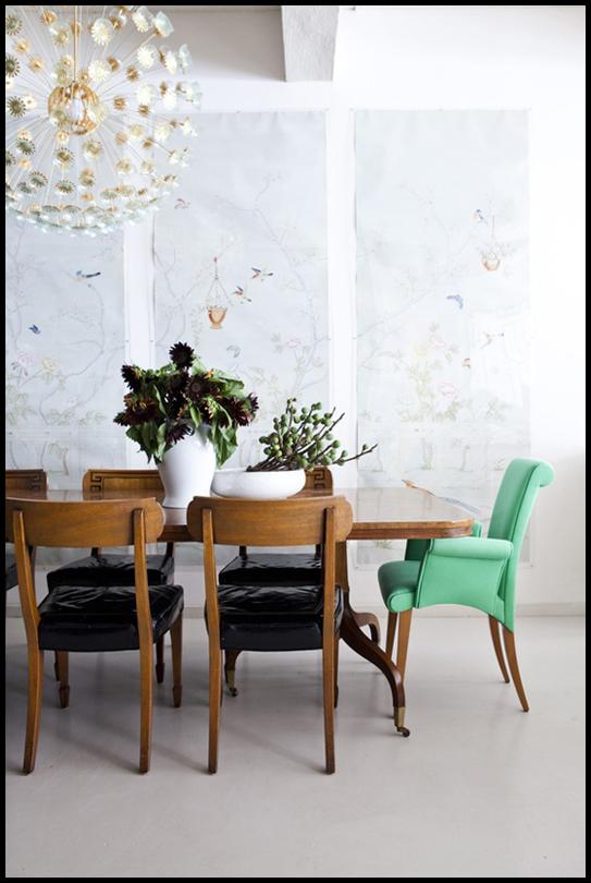 comedor vintage con sillas diferentes años 50 y lampara de laton de techo