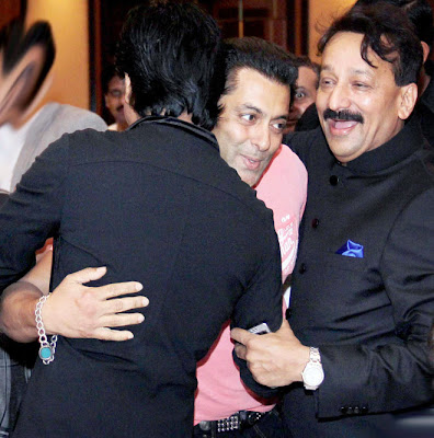 "Shahrukh Khan and Salman Khan ""Hug"" Each Other at Baba Siddique Iftaar Party"