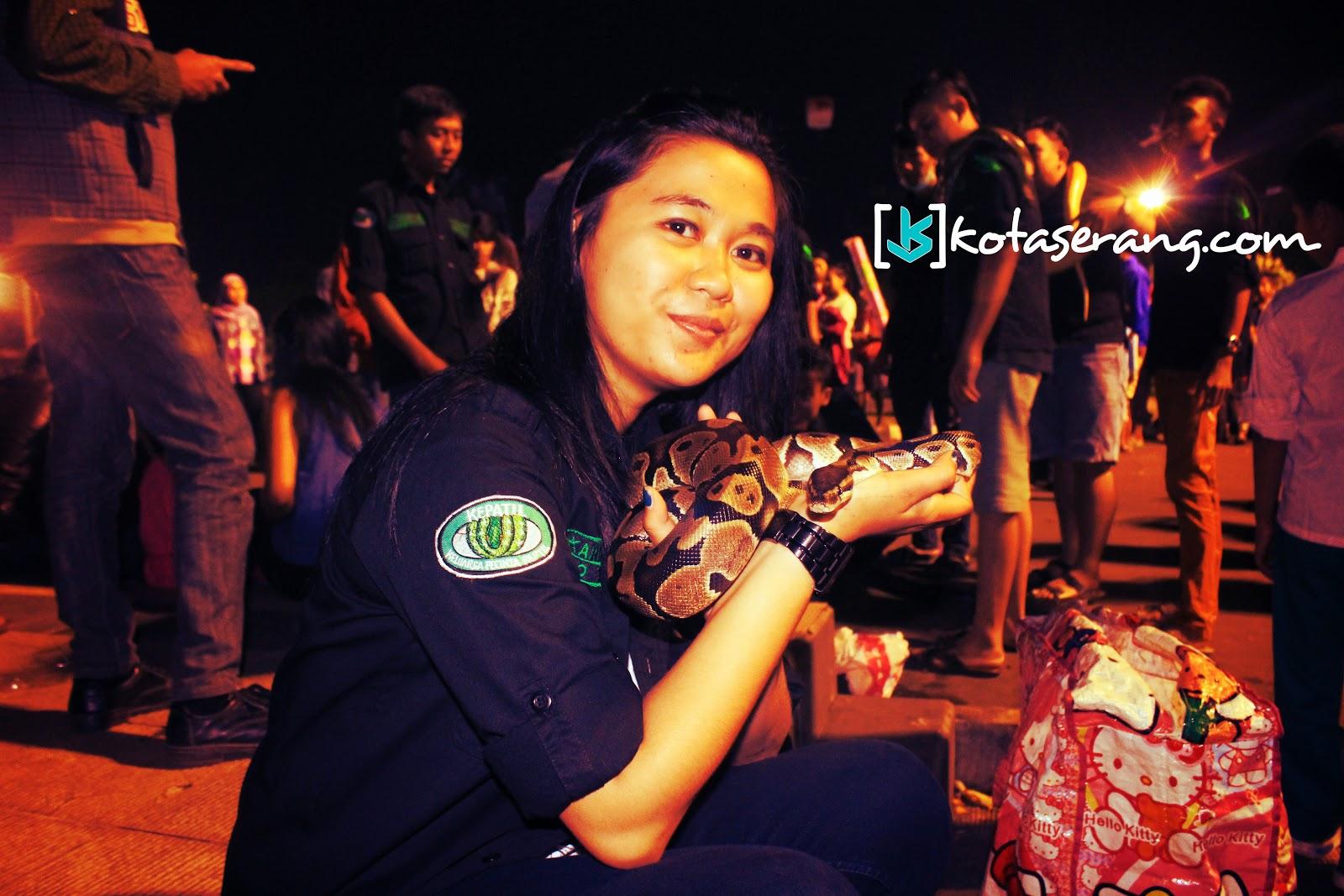 Salah Satu Wanita Anggota KEPATIL (Keluarga Pecinta Reptil) - KotaSerang.Com