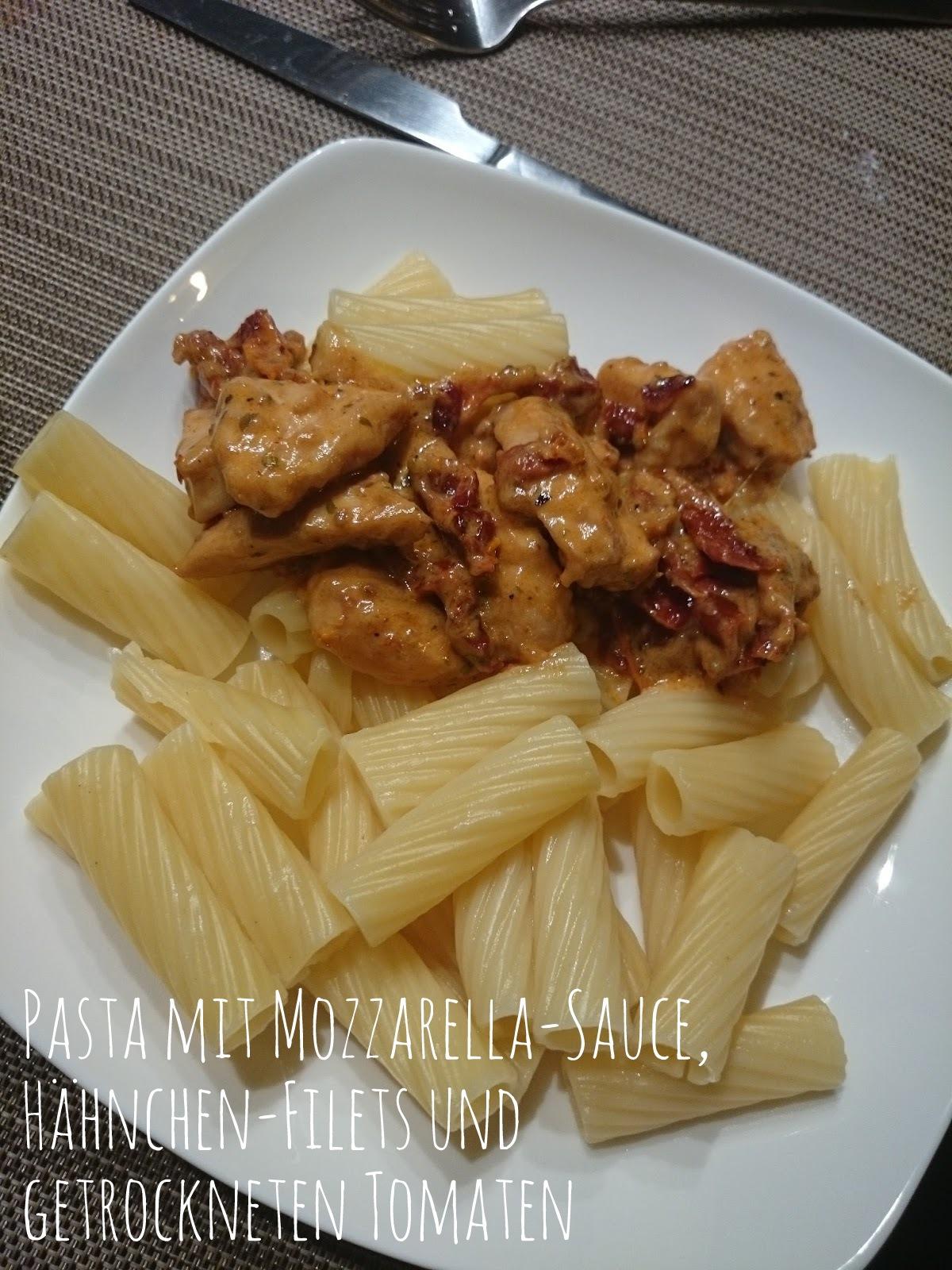 Pasta mit Mozzarella-Sauce, Hähnchen-Filets und getrockneten Tomaten