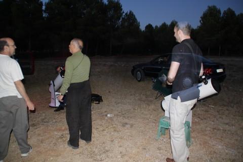 image Viejo dogging por la noche en el estacionamiento