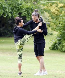صور الممثلة الانكليزية ستيفاني ديفيس تمارس الرياضة مع صديقها في مانشستر