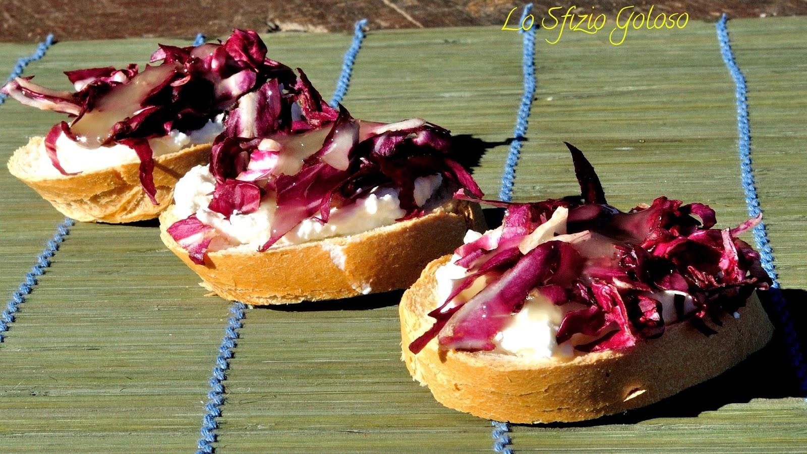 crostini con crema di ricotta, radicchio rosso e miele