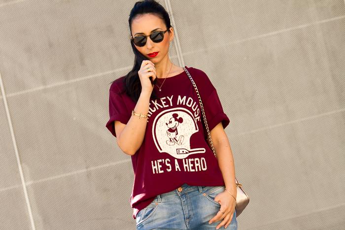 Blogger moda valenciana con look casual chic y labios rojos