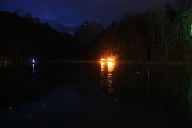 Fackelwanderung um den Riessersee in Garmisch-Partenkirchen, Winterhochzeit - Winter wedding torch light walk around lake Riessersee, Garmisch
