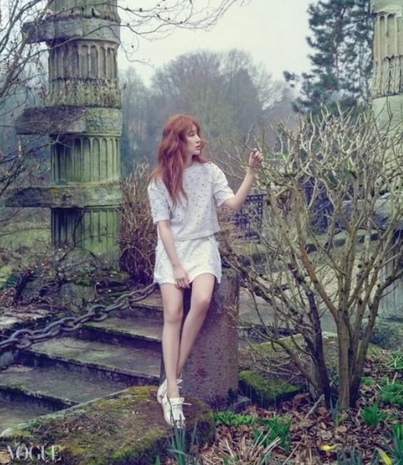 Pose Seksi Yoon Eun Hye di Tengah Hutan