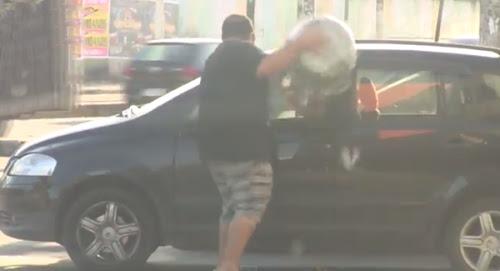 Pessoas que sujam a rua recebe o lixo de volta na cara