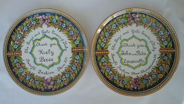 Ceramica come mestiere piatti decorativi ornati con frutti fiori e dedica centrale - Piatti decorativi ...
