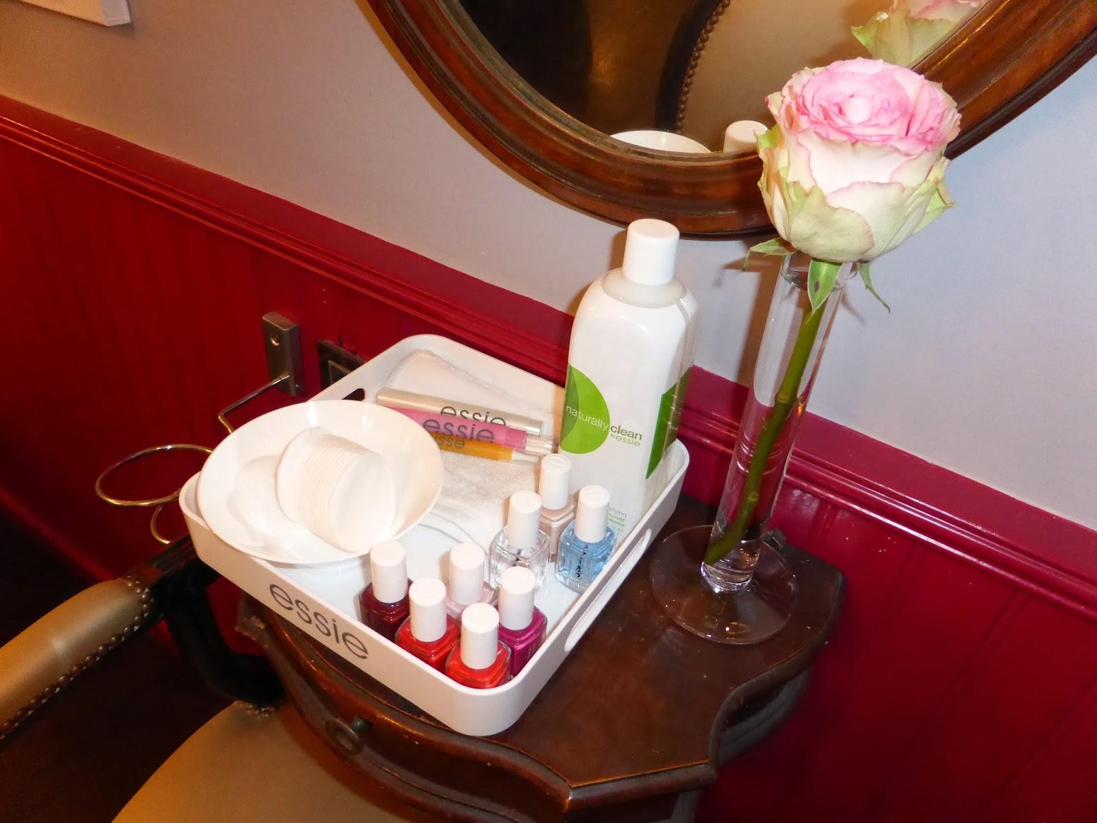 Plateau composé de tous les produits de la marque ESSIE et de quelques vernis à tester afin que vous puissiez réaliser votre manucure pendant votre rendez-vous au Studio 54, salon de coiffure à Montpellier.