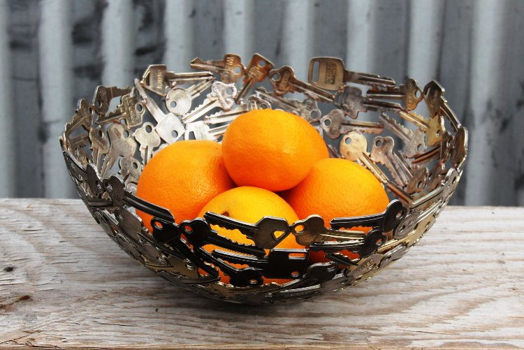 وعاء مع حبات الليمون مصنوع من الفاتيح القديمة