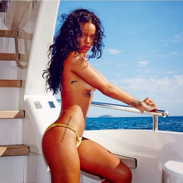 Rihanna se saca el brasier y muestra sus tetas frente al mar