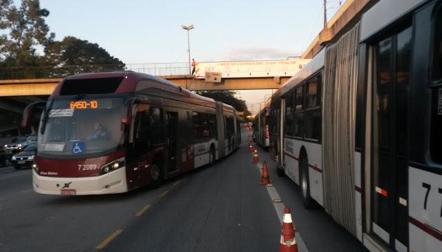 Faixa reversível para ônibus Avenida João Dias