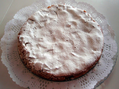 la tarta cubierta con azúcar glas