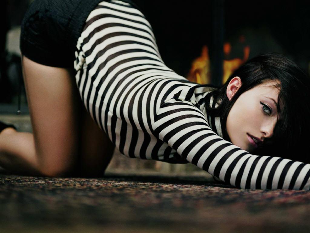 http://1.bp.blogspot.com/-Le24PT-kojo/TcQ9X9zNMvI/AAAAAAAAAgk/q3X9X6SwdRo/s1600/olivia-wilde-black-stripes-wallpaper-1.jpg