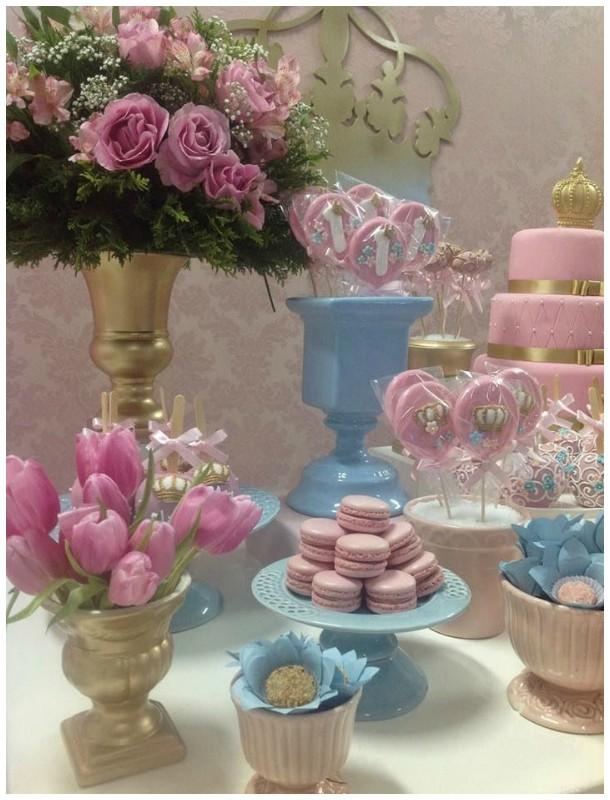 Linda mesa com macarons, flores e muita coroa dourada!