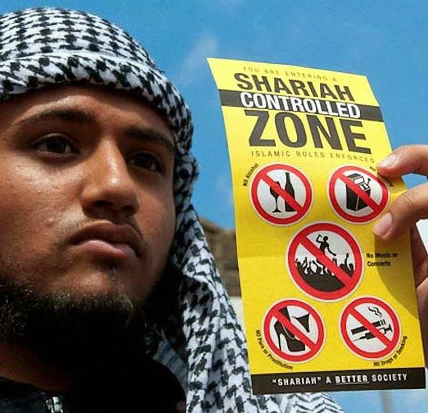 Policial da Sharia exibe lista de costumes proibidos.