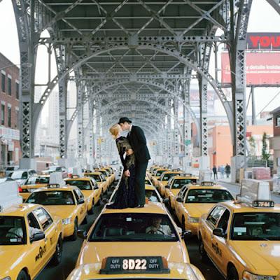 Pareja besandose arriba de los taxis