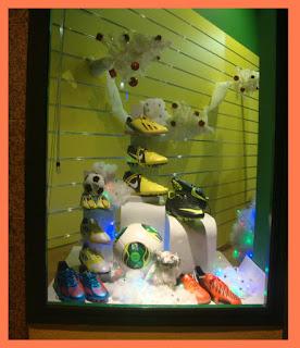 Escaparate de Navidad en la tienda de Deportes Caiño, foto 1