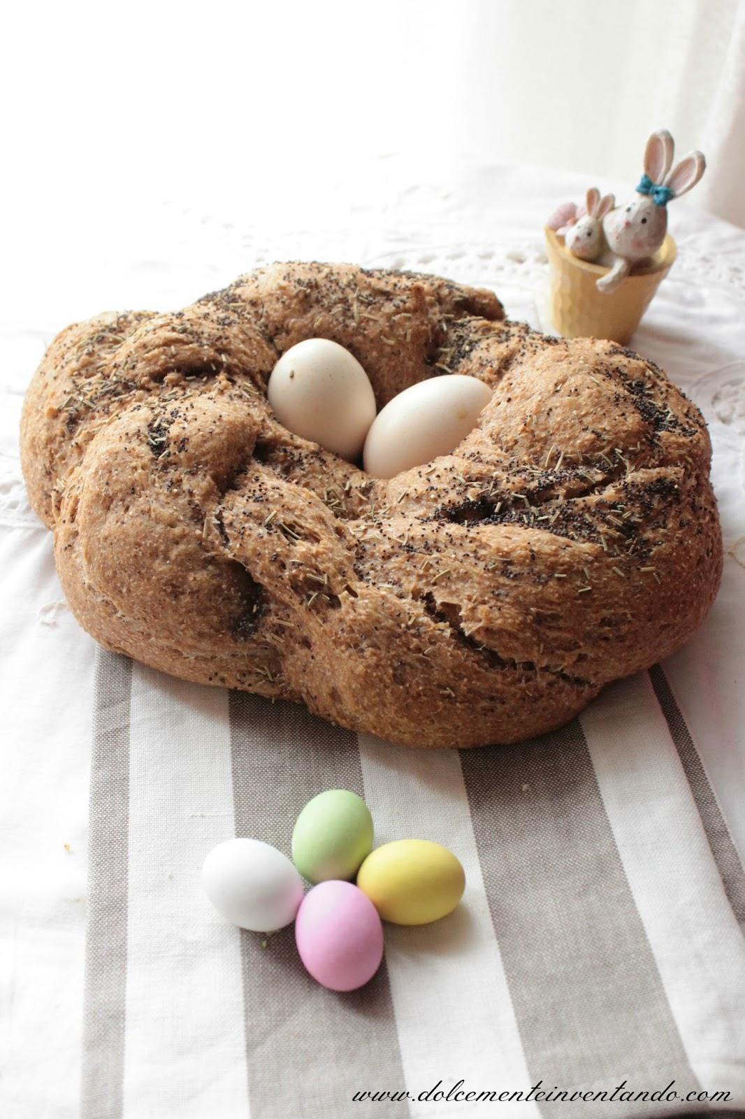 corona di pane augurale integrale intrecciata ai semi di papavero e rosmarino