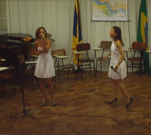 Gleides  Lelis(voz) e  Ana Pula  Oliveira