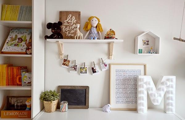 La chica de la casa de caramelo la habitaci n de miranda - Como decorar una estanteria de madera ...