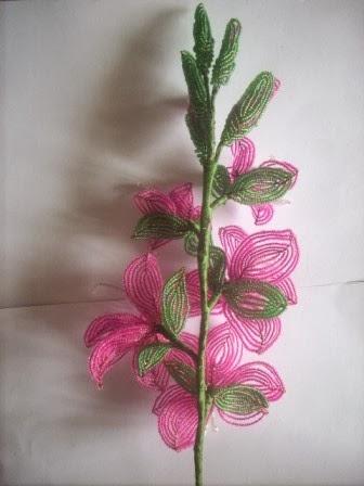 Насыщенность ветки цветами из