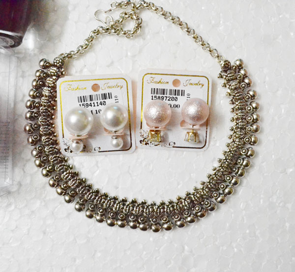 Pearl earrings with detachable back