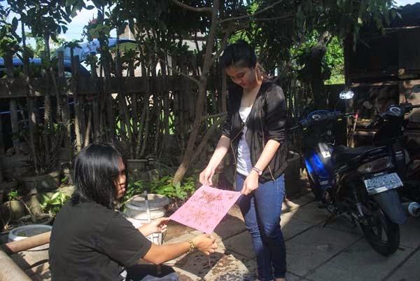 belajar pewarnaan batik