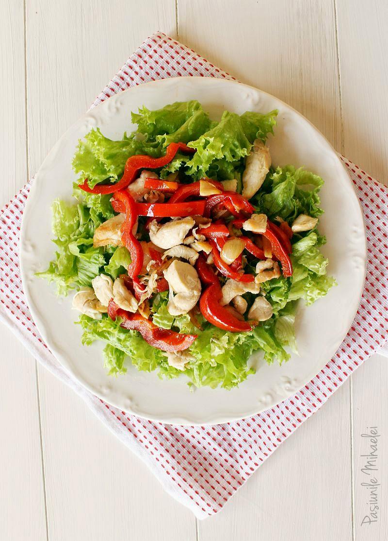 Salata cu pui si ardei la tigaie