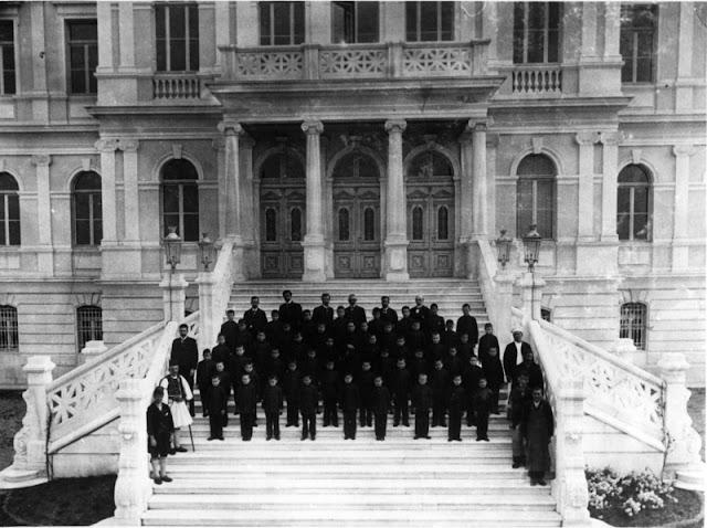 Οι πρώτοι απόφοιτοι του Παπάφειου ορφανοτροφείου