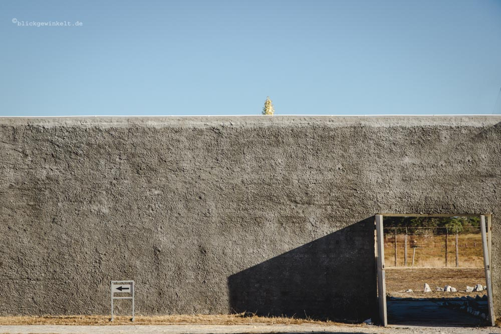 Mauer auf Robben Island mit offener Tür