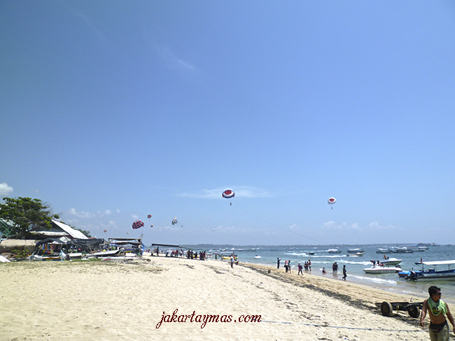Parapente en la playa de Tanjong Benoa, Bali