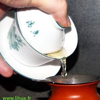 image de la première goutte de thé suspendue