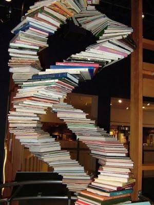 Pile de livres de médecine en forme d'ADN