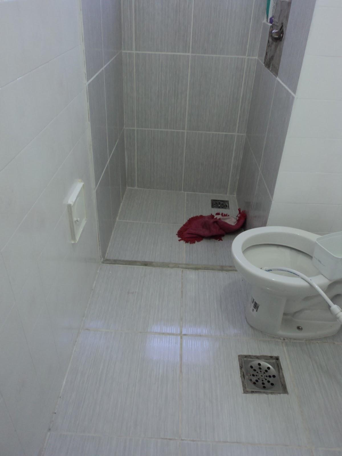 tinha passado apenas uma mão de tinta epóxi nos azulejos do lavabo #405D61 1200x1600 Banheiro Azulejo Ou Tinta