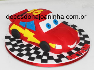 bolo-decorado-no-formato-do-carro-mcqueen-Carros.jpg
