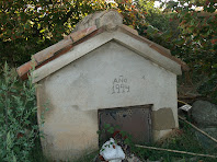 Caseta de bombeig d'aigua de la Font de Can Pasqual situada a prop de la surgència