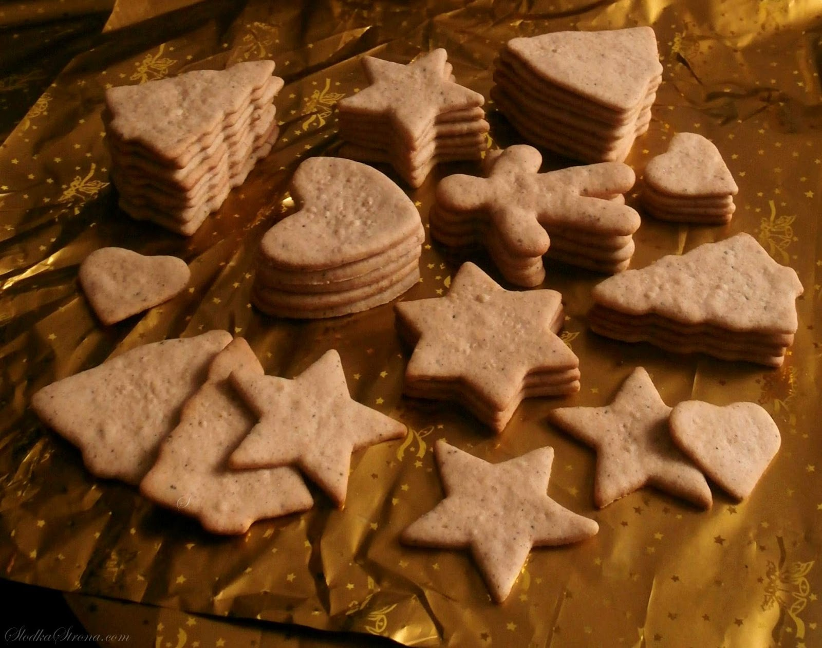 """Pepparkakor to szwedzkie pierniczki o wyrazistym aromacie imbiru, goździków i cynamonu, czyli zapachów charakterystycznych dla Świąt Bożego Narodzenia. Ponadto pierniczki charakteryzuje cienkość i chrupkość, co sprawia, że można pokusić się o nazwanie ich """"piernikowymi chipsami"""". Pepparkakor to pierniczki o niezwykłym, świątecznym smaku i gdy tylko skosztuje się jednego pierniczka - nie sposób nie sięgnąć po następny... i następny...  pepparkakor przepis, skandynawskie pierniczki, skandynawskie pierniczki przepis, szwedzkie pierniczki, szwedzkie pierniki, szwedzkie pierniczki przepis, cienkie pierniczki, cienkie pierniczki przepis, chrupiące pierniczki, chrupiące pierniczki przepis, pierniki jak z ikea, pierniczki ikea, pierniczki imbirowe, ciasteczka imbirowe, pierniki z imbirem,  pierniczki przepis, pierniczki dla dzieci, kolorowe pierniczki, kolorowe ciasteczka, ciasteczka bożonarodzeniowe, ciasteczka na święta, pierniczki bożonarodzeniowe, kolorowy lukier, lukier do dekoracji pierniczków, lukier do dekoracji ciasteczek, pierniczki dla dzieci,  alpejskie przepis, miękkie pierniczki,miękkie pierniczki przepis, szybkie pierniczki, szybkie pierniczki przepis, natychmiastowe pierniczki, proste pierniczki,proste pierniczki przepis, proste pierniki, proste pierniki przepis, pierniki w czekoladzie,pierniki w czekoladzie przepis,najlepsze pierniczki, dekoracja pierniczków, lukier do pierniczkow, lukier ozdobny, lukier zdobienia pierniczkow, pierniczki z lukrem, jak dekorowac pierniczki, najlepsze pierniczki, piekne pierniczki, najpiekniejsze pierniczki, pierniczki zdobione lukrem, słodka strona, slodka strona, boże narodzenie, pierniczki na boże narodzenie, pierniki świąteczne, pierniczki świąteczne, najlepsze pierniczki, pierniczki świąteczne, pierniczki miękkie, pierniczki szybkie, pierniczki bez czekania, pierniczki do szybkiego zjedzeniaSzwedzkie, Cienkie, Chrupiące Pierniczki - Pepparkakor - Przepis - Słodka Strona"""
