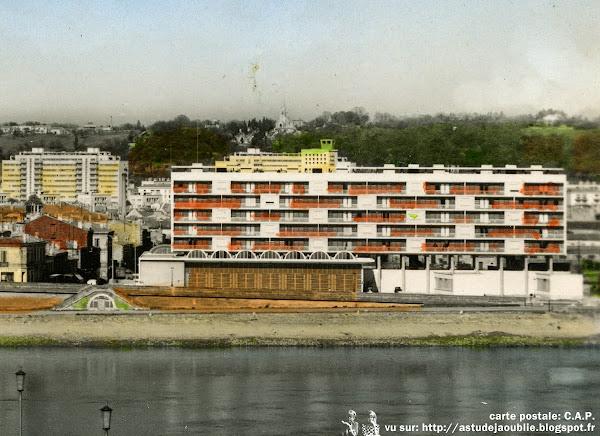 Bordeaux - Caserne de pompiers de la Benauge  Architectes: Claude Ferret, Adrien Courtois, Yves Salier  Panneaux de façade: Jean Prouvé  Construction: 1954